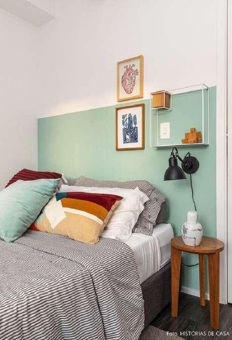 58. Decoração simples para quarto verde menta com arandela preta moderna – Foto: Histórias de Casa