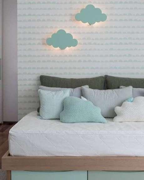 61. Decoração de quarto infantil com luminárias de nuvem, almofadas e papel de parede verde menta – Foto: Pinterest