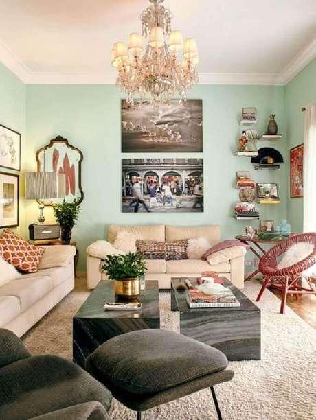 62. Cor verde menta para sala de estar decorada com sofás bege – Foto: Living Gazette