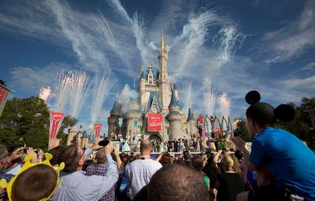 Visitantes assistem a queima de fogos durante apresentação em parque da Disney, na Flórida. 6/12/2012. REUTERS/Scott Audette
