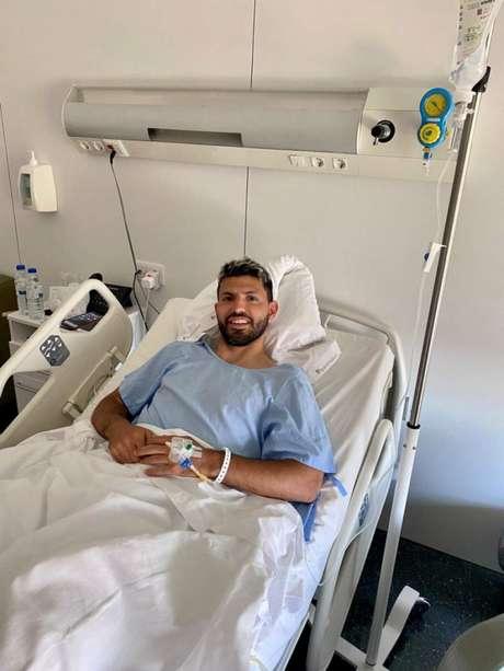 Agüero viajou à Catalunha, na Espanha, para fazer cirurgia com especialista (Foto: Reprodução / Twitter)