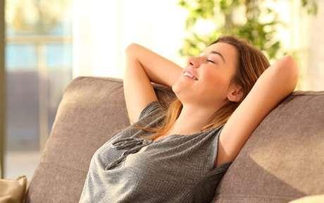 Mulher relaxando em um sofá