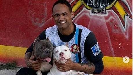 Goleiro Bruno vinha mantendo a forma com treinos em Cabo Frio (RJ) e agora está a caminho do Rio Branco-AC