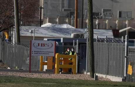 Funcionários com máscaras de proteção contra o coronavírus em unidade da JBS USA em Greeley, Colorado (EUA)  08/04/2020 REUTERS/Jim Urquhart