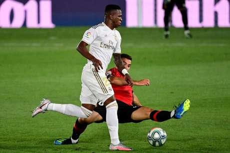 Contra o Mallorca, Vinicius Júnior mais uma vez teve atuação destacada com a camisa do Real Madrid. E fez um golaço. Para a Joia, o céu é o limite? Sávio comenta (Foto: JAVIER SORIANO / AFP)