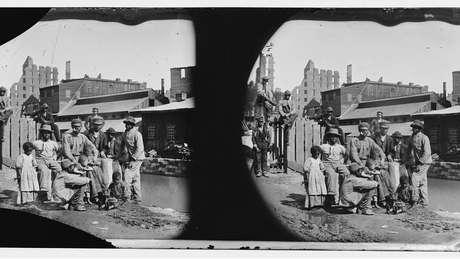 Grupo de homens, mulheres e crianças negras livres na Virgínia, em 1865