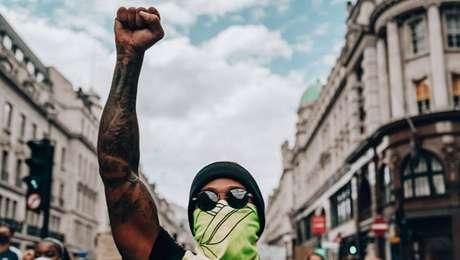 Em Londres, Hamilton participa de protesto contra o racismo