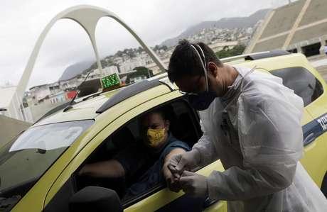 Profissional de saúde faz teste de detecção de Covid-19 em taxista no Rio de Janeiro 15/06/2020 REUTERS/Ricardo Moraes