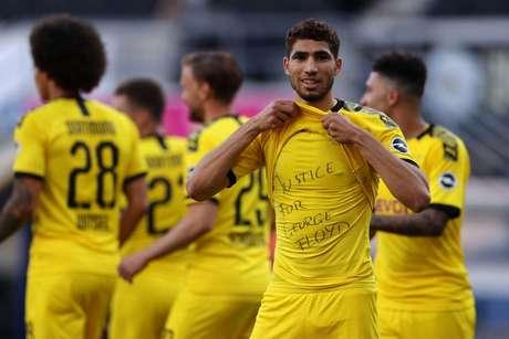 Achraf Hakimi está se destacando no futebol alemão há duas temporadas (Foto: LARS BARON / AFP)