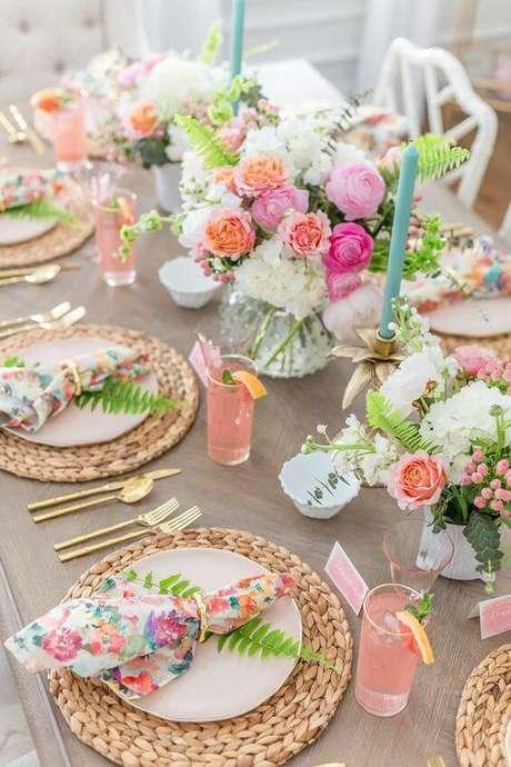 39. Como dobrar guardanapo colorido para mesa com flores – Via: Pinterest