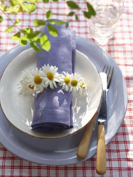 47. Decore o guardanapo com margaridas – Via: Pinterest