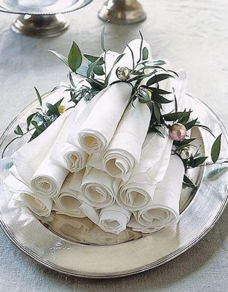 12. Veja como dobrar guardanapo de papel com porta guardanapo de folhas – Via: Pinterest