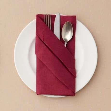 21. Como dobrar guardanapo de tecido marsala – Via: Pinterest