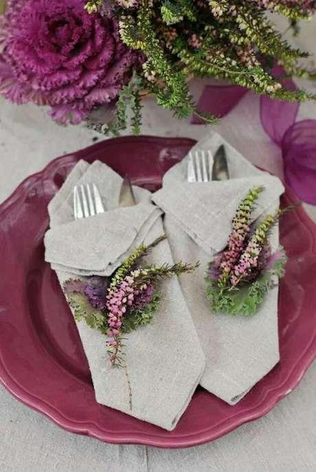 20. Como dobrar guardanapo de tecido com prato roxo – Via: Pinterest