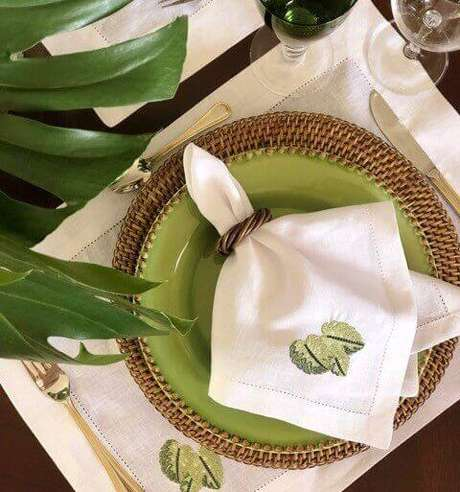 29. Como dobrar guardanapo de tecido bordado – Via: Pinterest