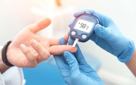 Pessoa fazendo o teste de diabetes