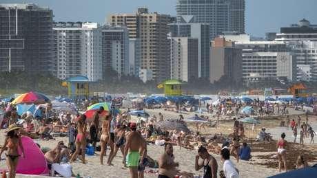 As praias da Flórida têm ficado lotadas mesmo diante da grave situação enfrentada peloa EUA, que tem o maior número de mortes por covid-19 do mundo