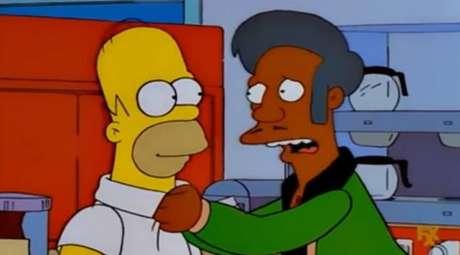 Apu ao lado de Homer Simpson