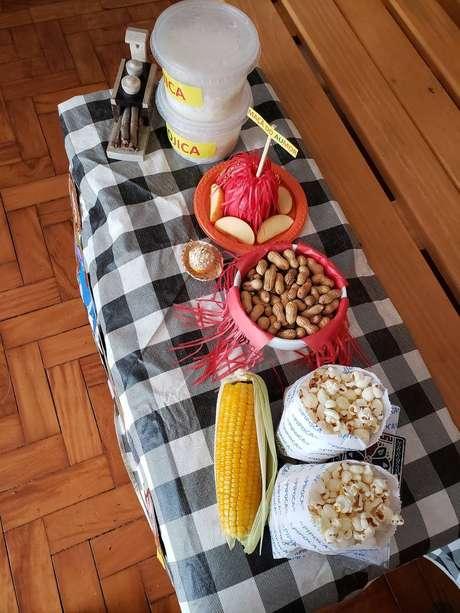 Você pode separar alguns alimentos típicos de festa junina para criar um clima