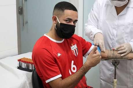 Jogador do Botafogo-SP faz teste para covid-19.