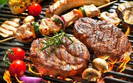 Carnes sobre uma churrasqueira