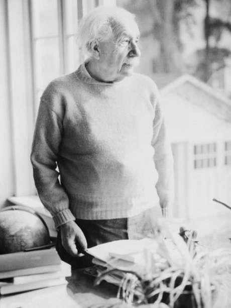 Apesar de suas contribuições para a física quântica, Einstein não estava disposto a aceitar todas as suas implicações teóricas e práticas