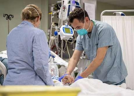 Médicos atendendo paciente com Covid-19 em hospital de Orlando