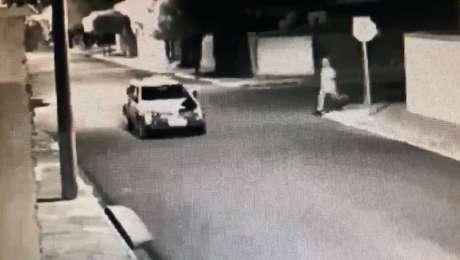 Imagem de câmera de segurança mostra homem correndo em direção a viatura da PM, logo após clarão em local de atentado