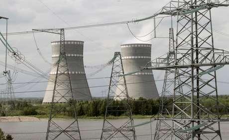 Vista das torres de resfriamento da usina nuclear de Kalininskaya, na Rússia 25/05/2011 REUTERS/Alexander Natruskin