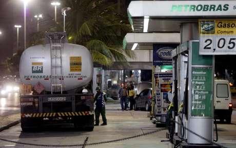Caminhão-tanque em posto de combustíveis no Rio de Janeiro (RJ)  14/06/2004 REUTERS/Sergio Moraes