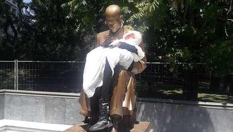 Estátua em homenagem a Indro Montanelli em Milão, na Itália