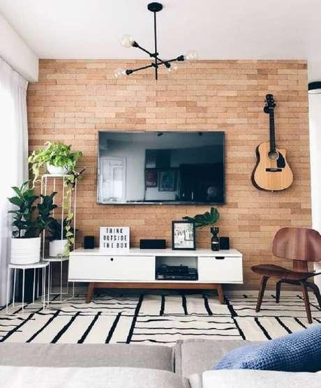 2. O rack retrô off white se encaixa bem em todos os estilos de decoração – Foto: Apartamento 203