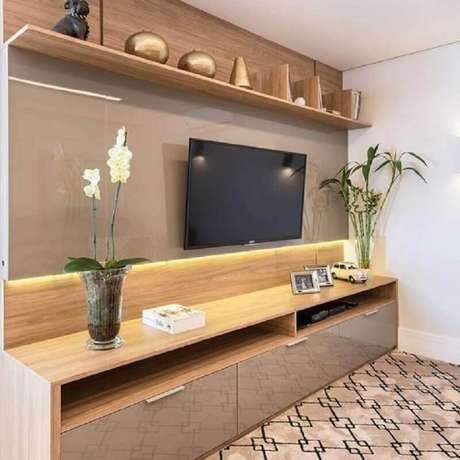 1. A iluminação de LED dá um ar aconchegante na decoração de sala com rack com painel – Foto: Pinterest