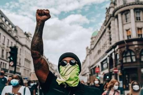 Hamilton foi às ruas protestar contra o racismo e influenciou na decisão da Mercedes.