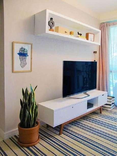 3. Prefira o rack retrô off white para decorar salas com estilos clássico – Foto: Pinterest