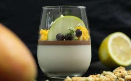 Guia da Cozinha - Receita de panna cotta de cumaru com ganache para uma sobremesa luxuosa