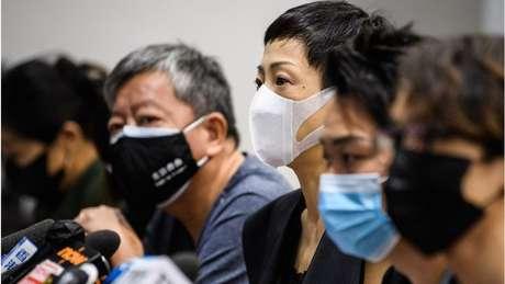 Tanya Chan, no centro, do Partido Cívico, Jimmy Smam (segundo à direita), de uma organização pró-democracia e outros ativistas se disseram preocupados