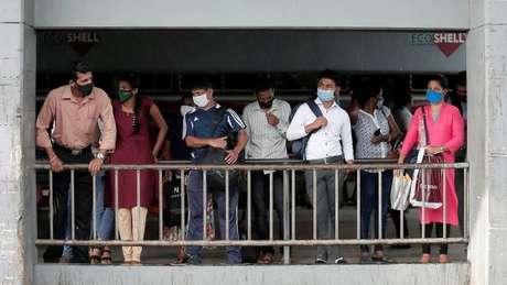 Passageiros esperam em parada no Sri Lanka