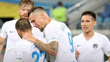 Elenco do Sochi comemora um dos gols do massacre de 10 a 1