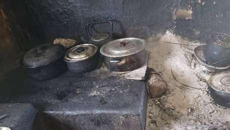O trabalhador e sua mãe idosa viviam em condições insalubres, em fazenda de São José dos Campos, no interior de São Paulo. O fogão alenha enchia a casa de fumaça