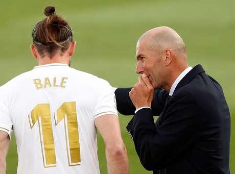 Zidane conversa com Bale durante partida do Campeonato Espanhol