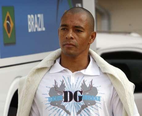 Jogador Gilberto Silva em hotel de Joanesburgo 22/06/2009 REUTERS/Paulo Whitaker
