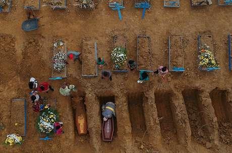 Cemitério Parque Tarumã, em Manaus 26/06/2020 REUTERS/Bruno Kelly