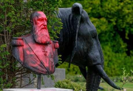 Busto do rei Leopoldo II pintado de tinta vermelha em Tervuren, na Bélgica