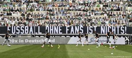 """""""Futebol sem torcedoresnão é nada"""", diz faixa estendida à frente de bonecos de papelão no Borussia Park"""