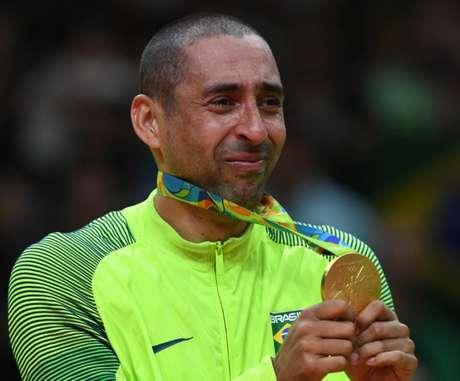 Serginho chora na conquista do ouro em 2016, no Rio (Foto: KIRILL KUDRYAVTSEV / AFP)