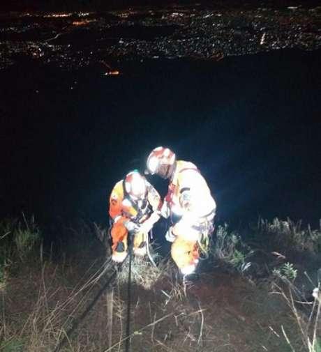 Os bombeiros precisaram usar técncias de rapel para resgatar Henrique-(Divulgação/CBMG)