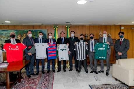 Representantes dos clubes posam com Bolsonaro em Brasília - FOTO: Felipe Menezes