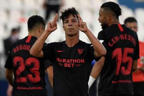 Óliver Torres foi o destaque do Sevilla, com dois gols na partida (Foto: PIERRE-PHILIPPE MARCOU / AFP)
