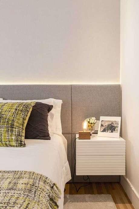 4. Para decorar o quarto pequeno prefira a cabeceira casal em cores claras – Foto: Futurist Architecture